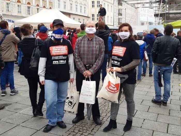 Demonstration gegen Corona-Zwangsmaßnahmen, Teilnehmer mit T-Shirts, Masken und Taschen